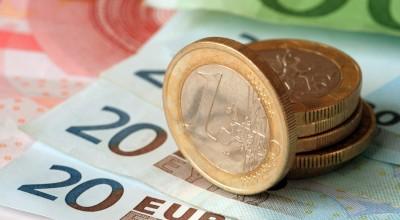 Евро впервые с 1 сентября упал ниже 73 рублей