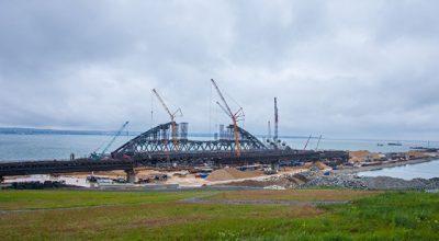Строители раскрыли детали морской операции по установке арок моста в Крым