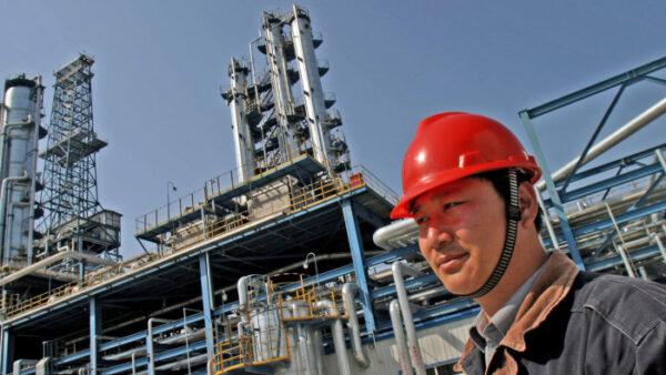 Рабочий на НПЗ китайской нефтяной компании PetroChina