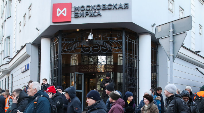 Рубль ускорил падение на Московской бирже