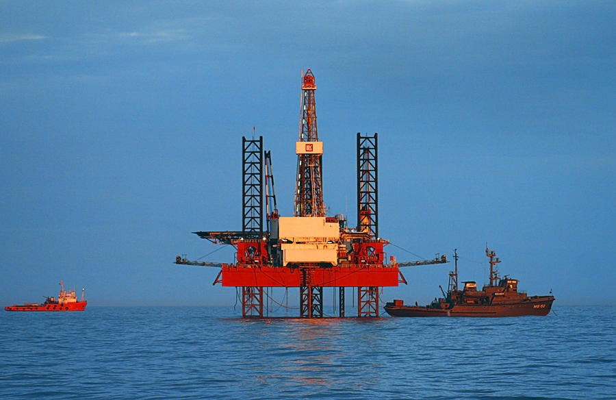 Турецкое судно пыталось помешать перемещению российской буровой установки в территориальные воды России