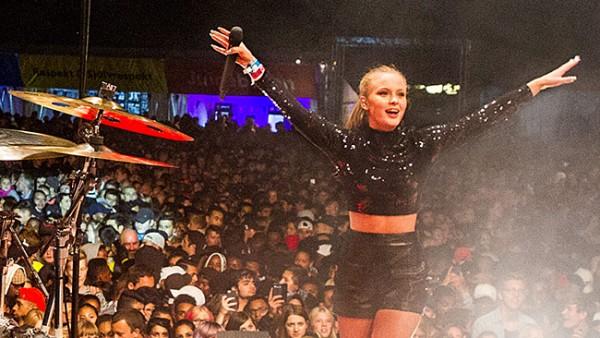 Шведская поп-звезда Сара Ларссон (Zara Larsson) выступает в центральном Стокгольме, август 2015 года.