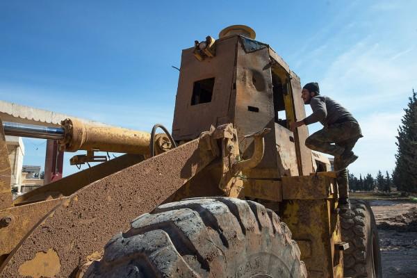 Военнослужащие Сирийской арабской армии ремонтируют бронированную технику, предназначенную для возведения защитных рвов