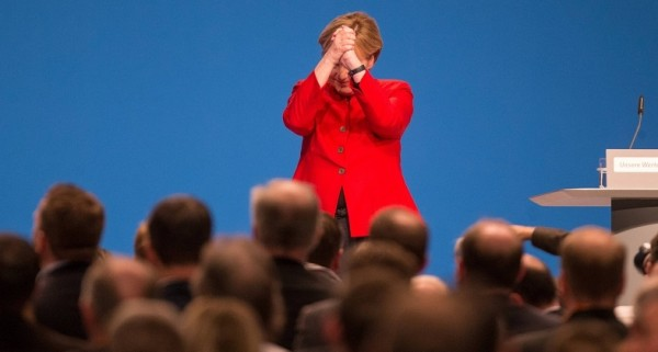 Под бурные овации: старушка Меркель одобрила развал Германии