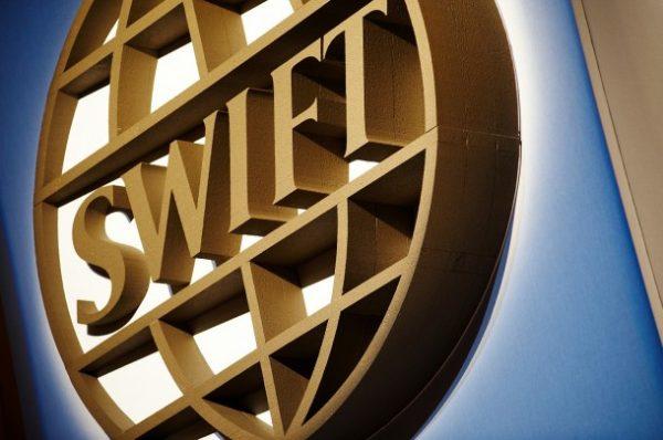 Российские банки временно потеряли связь с SWIFT