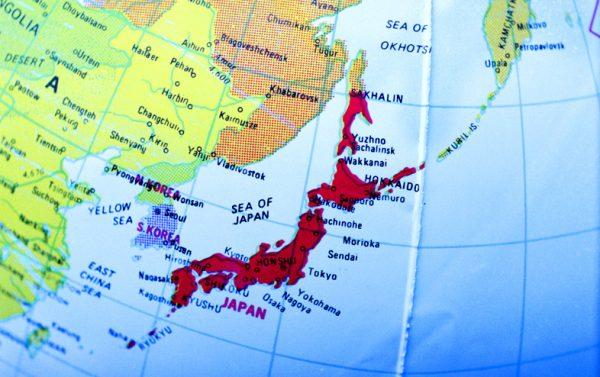 На японских географических картах южные Курилы, а нередко и Южный Сахалин и все Курилы до Камчатки изображаются как японские.