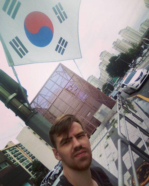 Россиянин приехал в Корею гастарбайтером, выпил пива и стал учителем